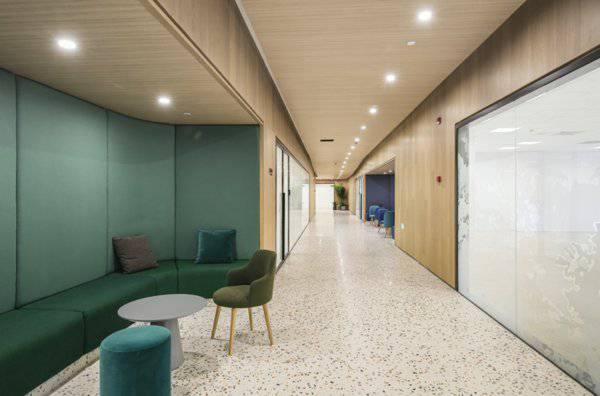 内部空间的功能性分区搭配特色化的转折设计,营造多重公共空间。