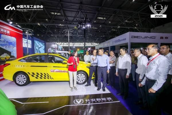 奥动新能源向巡展领导展现20秒极速换电的实车演示