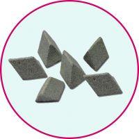 湖州双林研磨材料厂,厂家供应棕刚玉斜三角磨料,去毛刺磨料用什么好 3*3-50*50mm