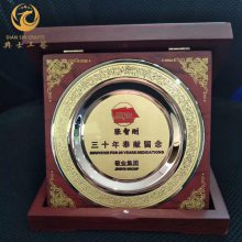 颁发给企业老员工的奖牌,10/20/30工龄奖股票开户周末可以开吗,纯铜木托标示牌